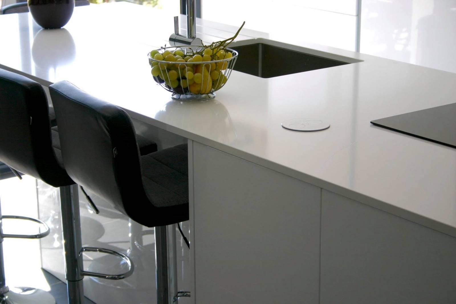 d nt conception cuisine blanc brillant colonnes il t sur marseille conception de cuisines. Black Bedroom Furniture Sets. Home Design Ideas